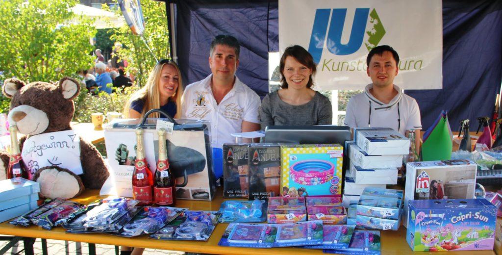 Zu sehen ist der Stand der JB beim Straßenfest mit den Anwesenden Vertretern und Emmi Zeulner